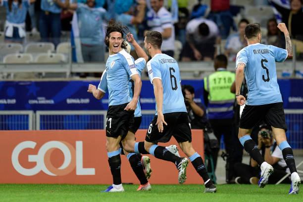 Cavani ăn mừng bàn thắng vào lưới Ecuador.