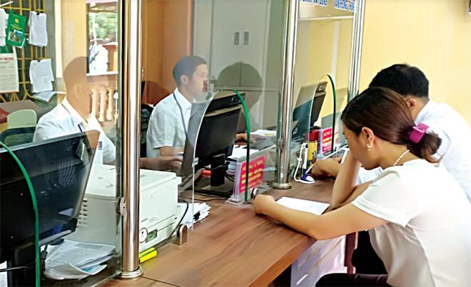 Người dân giải quyết TTHC tại Bộ phận PVHCC xã Hồ Bốn.