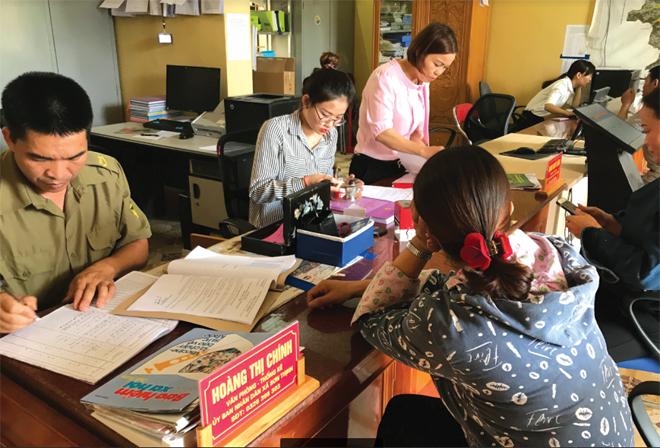 Bộ phận Phục vụ hành chính công xã Sơn Thịnh, huyện Văn Chấn giải quyết công việc cho người dân.