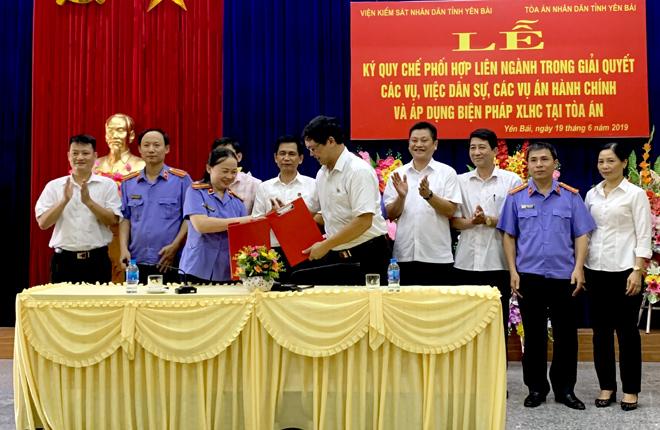 Lãnh đạo Viện KSND tỉnh và TAND tỉnh ký kết Quy chế phối hợp.