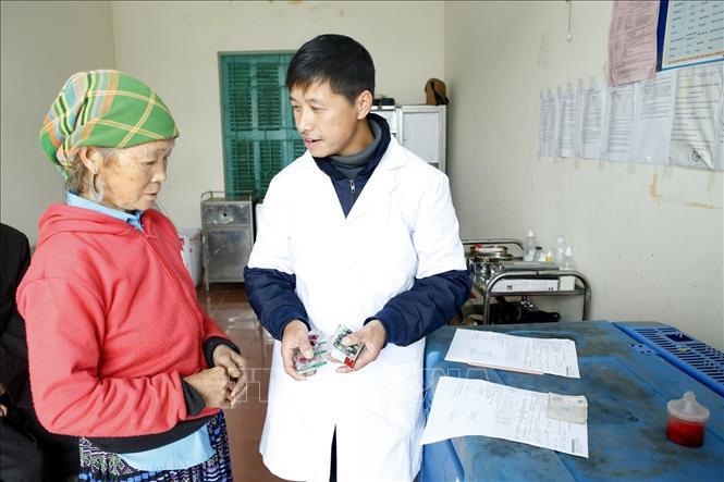 Người dân xã Tà Xùa (huyện Bắc Yên, tỉnh Sơn La) tiếp cận với y tế cơ sở để khám chữa bệnh.