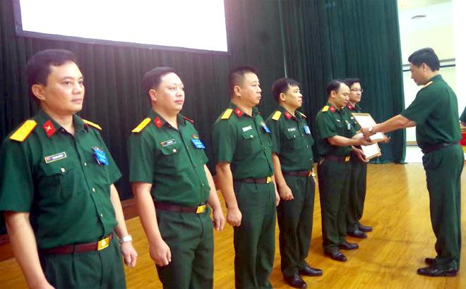Lãnh đạo Bộ CHQS tỉnh trao giải cho các thí sinh xuất sắc.