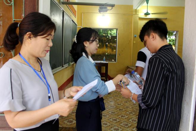 Các thí sinh vào phòng thi chuẩn bị cho làm bài thi văn.