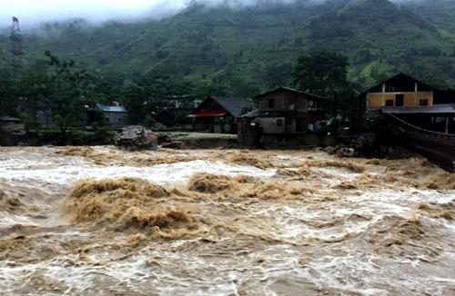 Dòng nước lũ ở xã Bản Hồ (Sa Pa, Lào Cai) ngày 24/6.