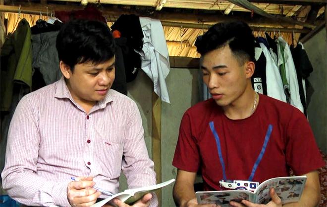 Thầy giáo Nguyễn Văn Huy - Phó Hiệu trưởng Trường THPT Mai Sơn hỗ trợ học sinh ôn tập tại phòng trọ.