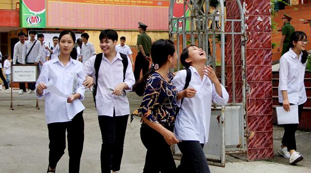 Kết thúc môn thi Ngữ văn sáng qua, thí sinh ra khỏi trường thi đều rất phấn khởi.