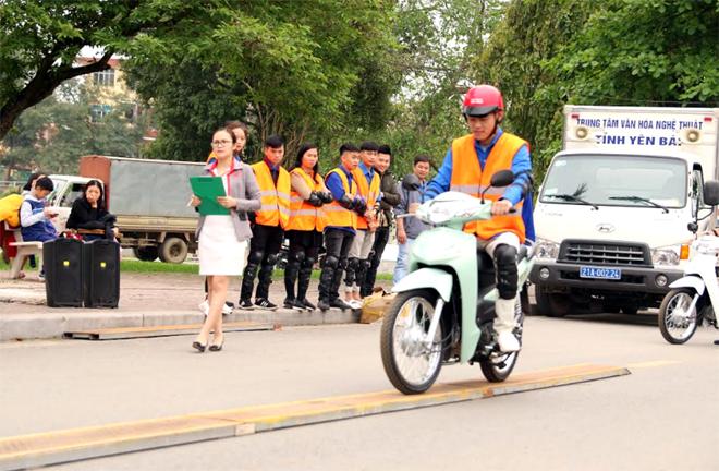 """Học sinh, sinh viên tham gia thi """"Lái xe mô tô an toàn"""" do Ban ATGT tỉnh tổ chức."""