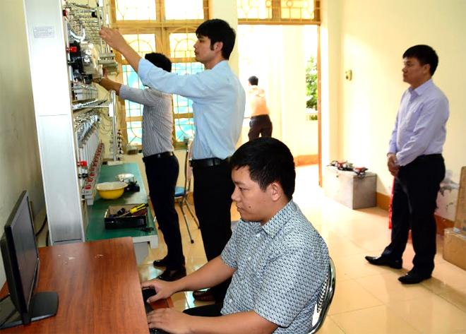 Cán bộ Trung tâm Ứng dụng, Kỹ thuật, Thông tin, Sở KH&CN kiểm định, đối chứng công tơ điện.