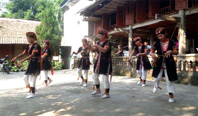 Trang phục của đồng bào Dao quần trắng ở xã Vũ Linh, huyện Yên Bình được người dân sử dụng thường xuyên, nhất là ở các thôn làm du lịch cộng đồng.