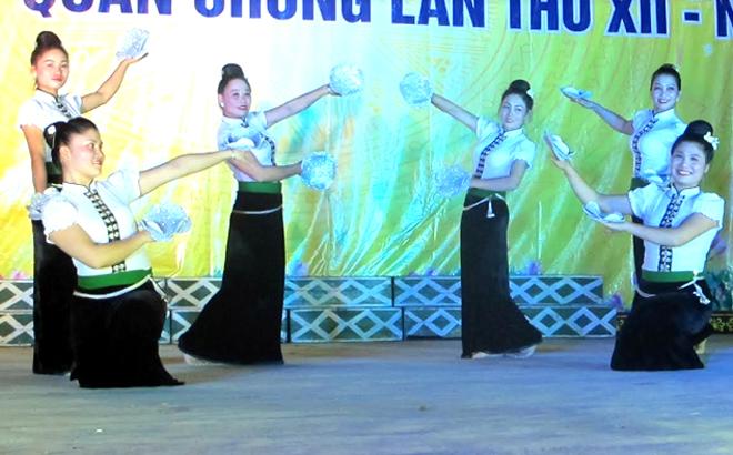 Một tiết mục văn nghệ được biểu diễn vào tối thứ 7 tại Trung tâm Truyền thông- Văn hóa thị xã Nghĩa Lộ.