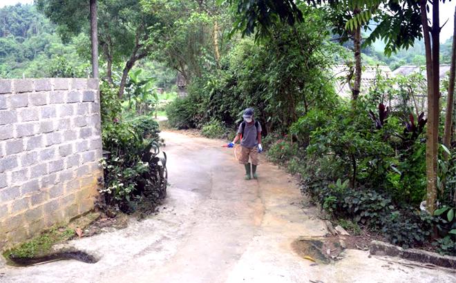 Ông Lê Văn Hùng ở thôn Khe Năm phun tiêu độc khử trùng từ ngõ giáp quốc lộ 37 đến khu vực chăn nuôi cách 30 mét.