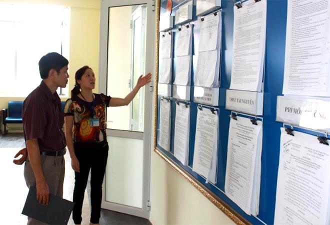 Cán bộ Chi cục Thuế thành phố Yên Bái hướng dẫn các thủ tục về thuế cho người nộp thuế.