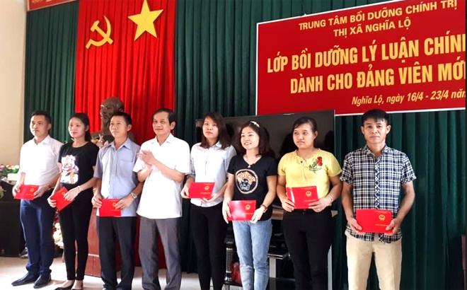 Học viên tham gia lớp bồi dưỡng lý luận chính trị dành cho đảng viên mới nhận chứng chỉ khóa học.