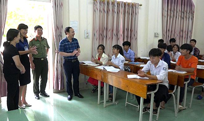 Các đồng chí lãnh đạo huyện Trạm Tấu đến thăm, động viên học sinh lớp 12 trước kỳ thi tốt nghiệp THPT quốc gia năm 2019.