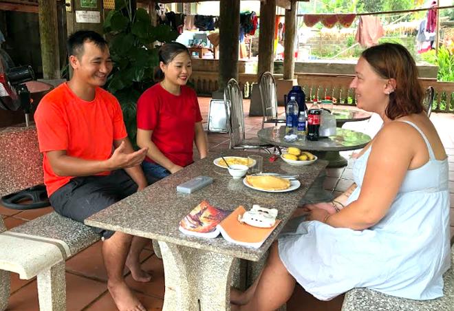 Du khách nước ngoài trải nghiệm du lịch cộng đồng tại thôn Ngòi Tu, xã Vũ Linh.