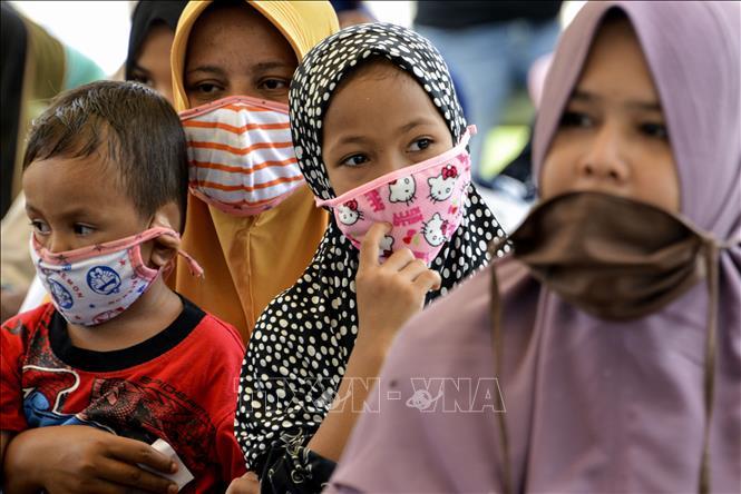 Phụ nữ và trẻ em đeo khẩu trang phòng dịch COVID-19 ở Blang Bintang, tỉnh Aceh, Indonesia ngày 6/5/2020.