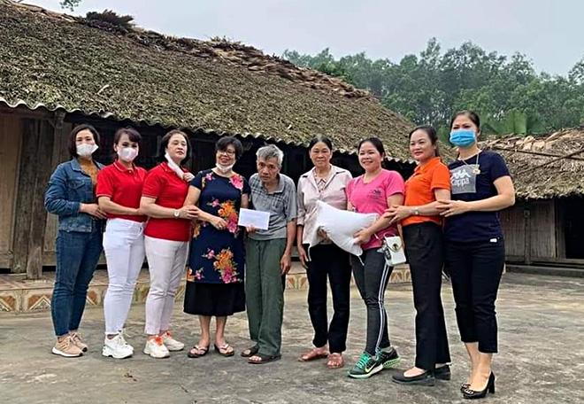 Hội Nữ doanh nhân tỉnh tặng 4 triệu đồng và 10 kg gạo cho gia đình ông Lê Đình Dũng, thôn Đồng Quýt, xã Bảo Hưng có hoàn cảnh đặc biệt khó khăn bị ảnh hưởng nặng nề do thiên tai hồi giữa tháng 4/2020.