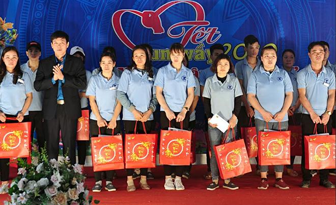 Lãnh đạo Liên đoàn Lao động tỉnh tặng quà tết công nhân lao động trong Tết Sum vầy 2020.