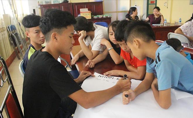 Các em nhỏ của Trung tâm Công tác xã hội và Bảo trợ xã hội tỉnh làm bài tập nhóm về chủ đề phòng chống xâm hại tình dục.