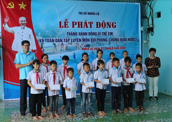 15 trẻ nghèo, có hoàn cảnh khó khăn được Quỹ bảo trợ xã hội thị xã Nghĩa Lộ tặng quà.