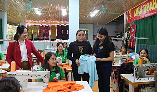 Hội Liên hiệp Phụ nữ huyện Lục Yên phối hợp với Trung tâm Hỗ trợ phụ nữ tỉnh tổ chức dạy nghề may, tạo công ăn việc làm cho hội viên.