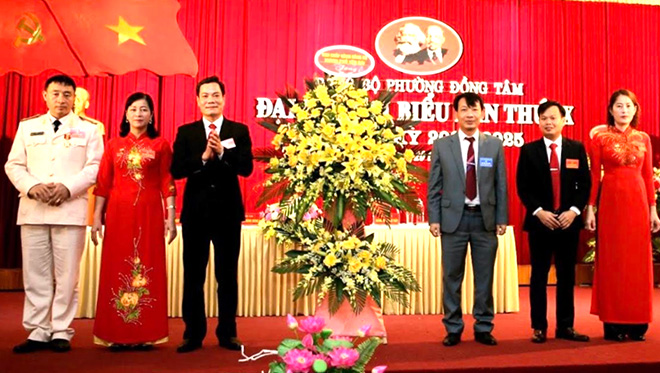Lãnh đạo Thường trực Thành ủy tặng hoa chúc mừng thành công Đại hội Đảng bộ phường Đồng Tâm.