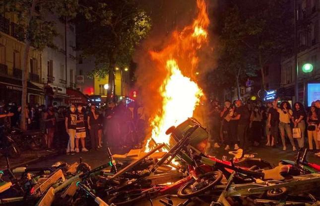 Người biểu tình đối lửa trên đường phố Paris.