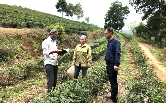 Chị Đinh Thị Mão trao đổi quá trình sử dụng vốn chính sách với cán bộ Ngân hàng Chính sách xã hội.