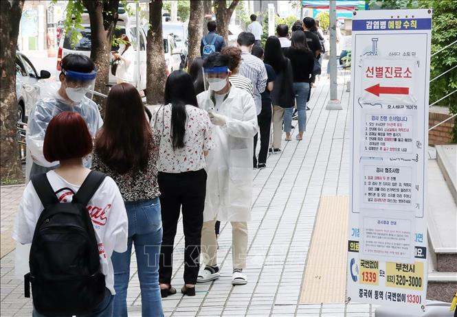 Người dân xếp hàng chờ xét nghiệm COVID-19 tại Bucheon, phía tây thủ đô Seoul, Hàn Quốc ngày 28/5/2020.