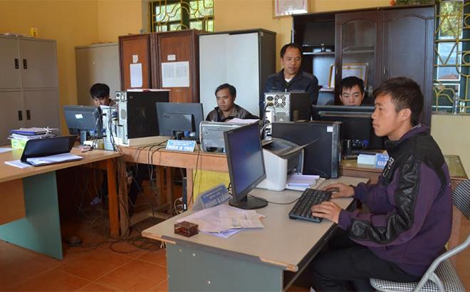 Công chức xã Kim Nọi, huyện Mù Cang Chải sử dụng thành thạo máy vi tính phục vụ công việc.