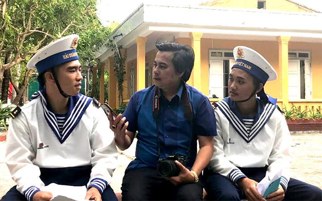 Phóng viên Báo Yên Bái tác nghiệp tại Trường Sa.