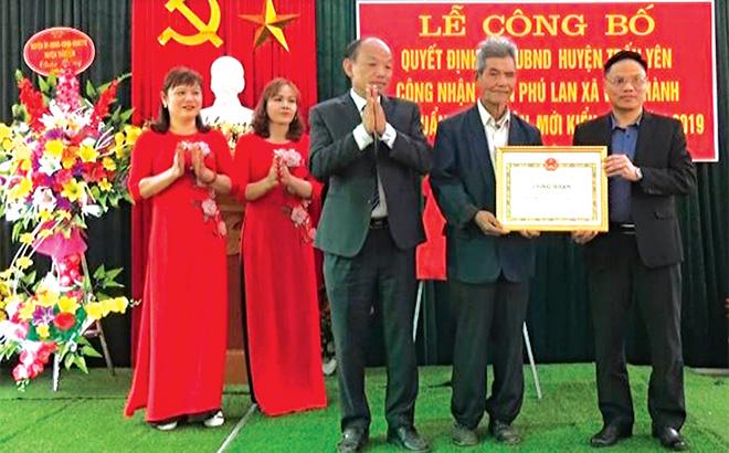 Lãnh đạo huyện Trấn Yên trao Bằng chứng nhận thôn Phú Lan, xã Việt Thành đạt chuẩn nông thôn mới kiểu mẫu.