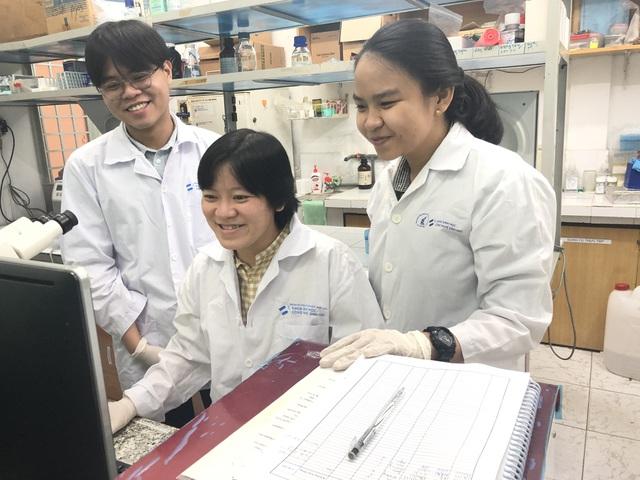 TS Nguyễn Thuỵ Vy (giữa) và hai sinh viên Đăng Khôi, Mỹ Phúc nghiên cứu về công nghệ protein tái tổ hợp giúp chủ động sản xuất kit xét nghiệm Covid-19