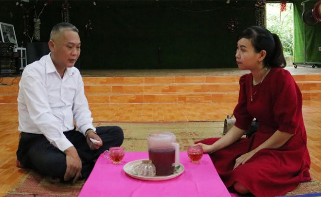 Anh Sa Văn Hướng giới thiệu với du khách các dịch vụ tại homestay của gia đình.