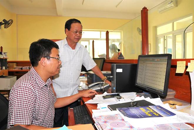Cán bộ Chi cục Thuế huyện Lục Yên trao đổi về công tác thu ngân sách quý III/2020.