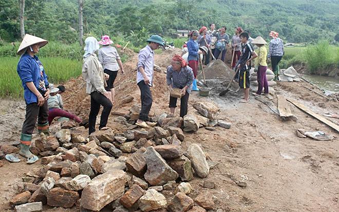 Nhân dân xã Ngòi A tham gia làm đường giao thông nông thôn.