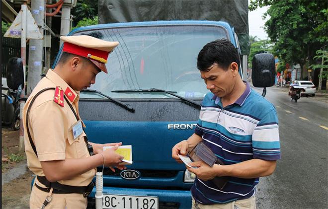 Cảnh sát giao thông Công an huyện Trấn Yên kiểm tra giấy tờ người điều khiển phương tiện.