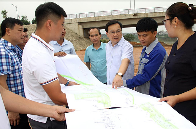 Lãnh đạo Thành ủy Yên Bái kiểm tra tiến độ thi công công trình đê chống ngập sông Hồng khu vực xã Giới Phiên, thành phố Yên Bái.
