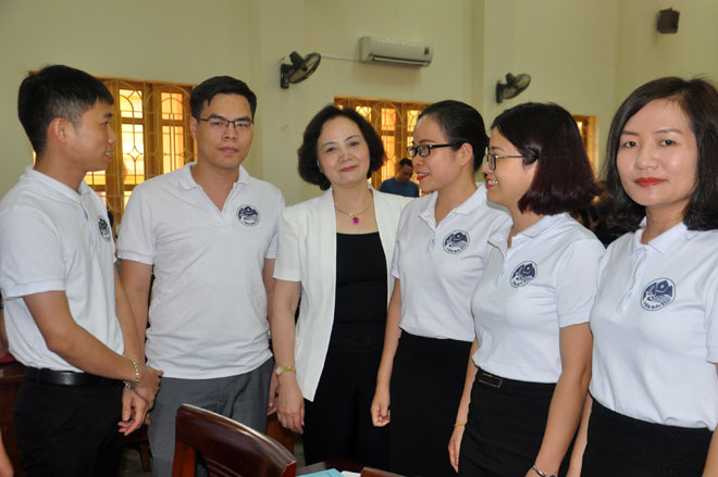Bí thư Tỉnh ủy, Chủ tịch HĐND tỉnh Phạm Thị Thanh Trà (thứ 3, trái sang) trao đổi với các học viên tham gia Đề án 11 của Tỉnh ủy.