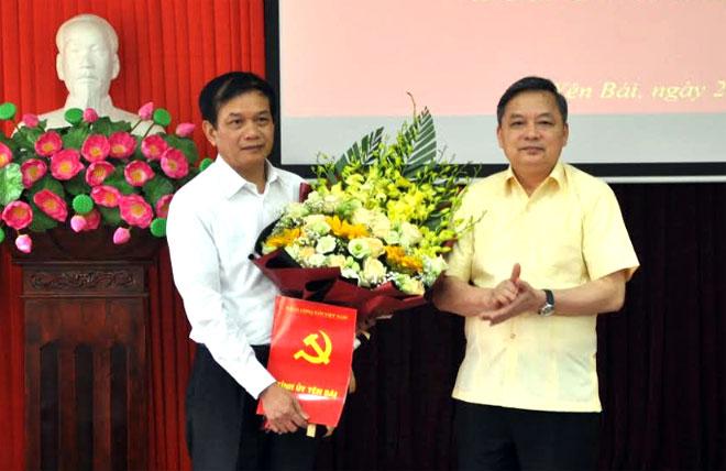 Đồng chí Dương Văn Thống – Phó Bí thư Thường trực Tỉnh ủy trao Quyết định điều động, bổ nhiệm Phó Ban Nội chính Tỉnh ủy cho đồng chí Phan Hữu Quang .