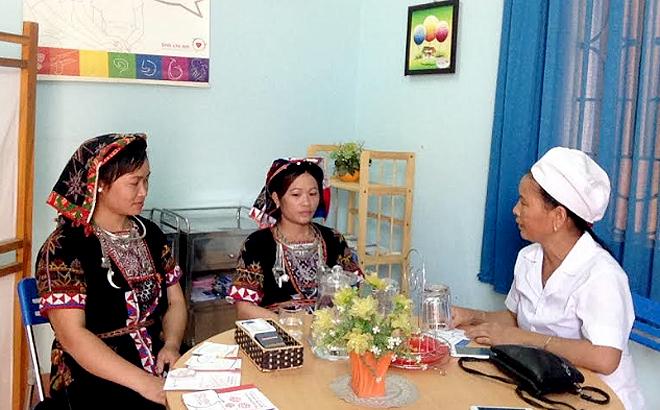 Cán bộ Trạm Y tế xã Yên Thành tư vấn các biện pháp tránh thai cho chị em phụ nữ.