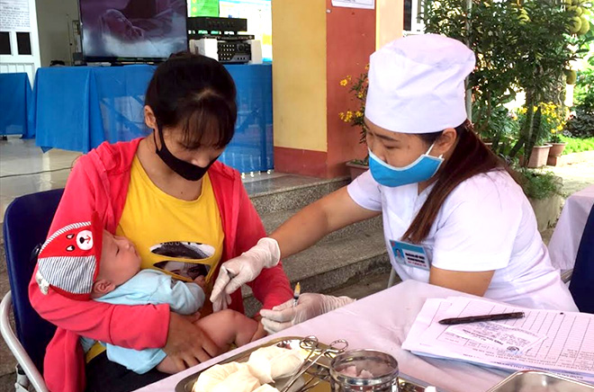 A health worker in Thanh Luong commune of Nghia Lo town gives a vaccination shot to a baby.