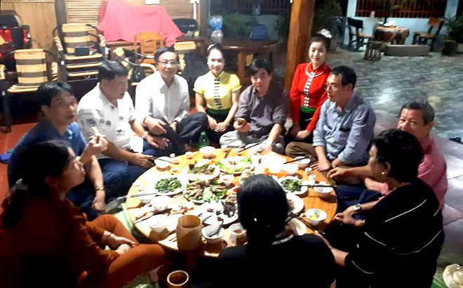 Tourists enjoy homestay services at the facility of Hoang Thi Phuong in Deu village, Nghia An commune, Nghia Lo town.