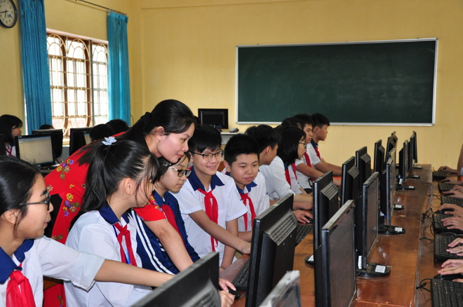 A computer class at Le Hong Phong Secondary School in Yen Bai city.