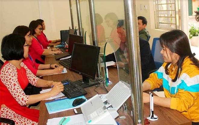 Cán bộ Bộ phận Phục vụ hành chính công phường Hồng Hà giải quyết thủ tục hành chính cho người dân.