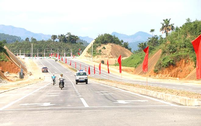 Đường nối quốc lộ 32C với cao tốc Nội Bài - Lào Cai tạo điều kiện thuận lợi cho phát triển kinh tế - xã hội thành phố Yên Bái. (Ảnh: Thanh Chi)