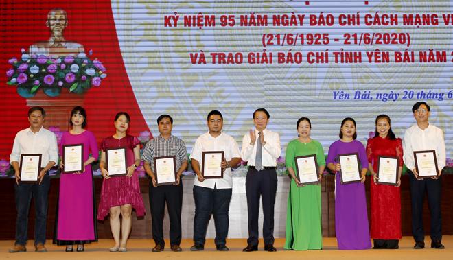 Chủ tịch UBND tỉnh Đỗ Đức Duy trao giải B Giải Báo chí tỉnh Yên Bái năm 2020.