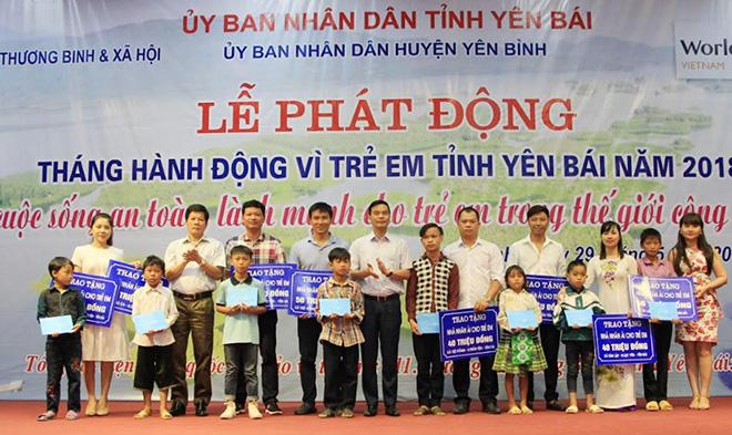 Các đồng chí lãnh đạo tỉnh tặng quà cho trẻ em.