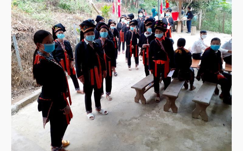 Đồng bào Dao xã Suối Quyền, huyện Văn Chấn tại khu vực bỏ phiếu sáng 23/5.