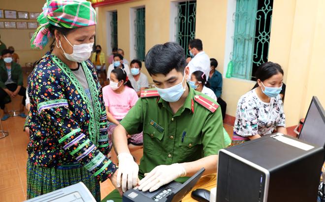 Cán bộ Công an huyện Trấn Yên làm thủ tục cấp căn cước công dân cho người dân trên địa bàn.